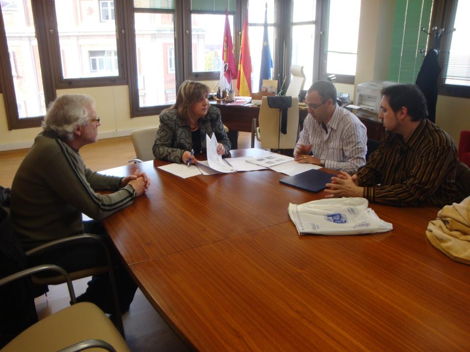 Miembros de BAIDEFEIS con la Delegada de Cultura, Riansares Serrano.